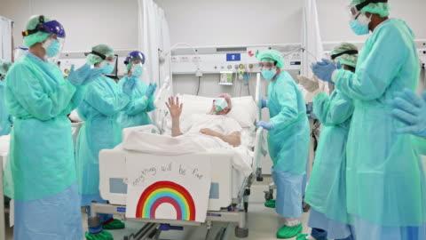vídeos y material grabado en eventos de stock de video en tiempo real del equipo médico y el paciente que expresa apoyo y gratitud - equipo de seguridad