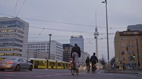 vídeos y material grabado en eventos de stock de vídeo en tiempo real de personas ciclismo en berlín al atardecer, alemania - berlín