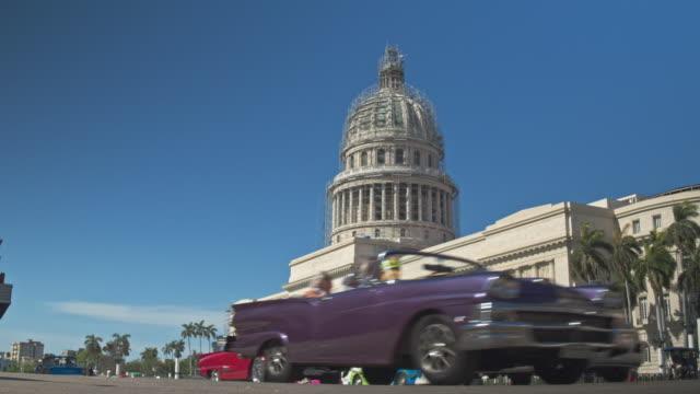 Real-time video van verkeer auto's in Havana met Capitol gebouw op de achtergrond