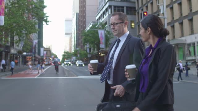 Vídeo en tiempo real de dos empresarios cruzando la calle, ir a casa