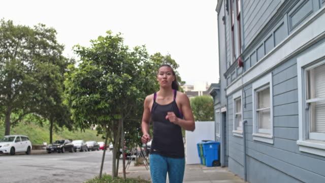 Realtidsvideo av ung asiatisk kvinna kör utomhus i San Francisco