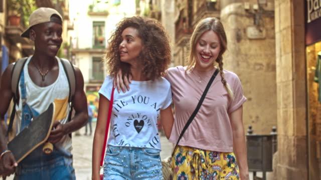 vídeos de stock e filmes b-roll de real time video of young friends having fun in the city - geração millennial