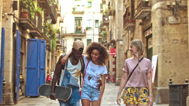 vídeos de stock, filmes e b-roll de vídeo em tempo real de jovens amigos se divertindo na cidade - geração z