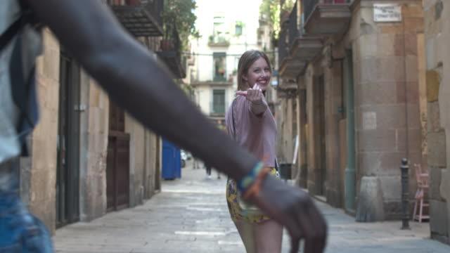 Realtidsvideo av ung flicka visar staden till hennes vänner