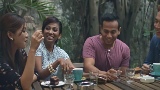 リアルタイム ビデオの食堂で話しているマレーの友人のパン - マレーシア点の映像素材/bロール