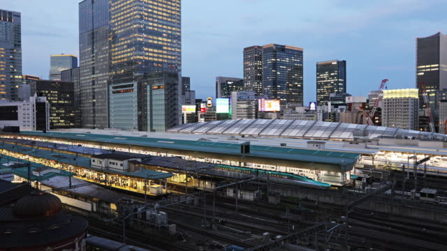 リアルタイム - 東京駅と近代超高層ビルの眺め/ 東京, 日本 - 方向標識点の映像素材/bロール
