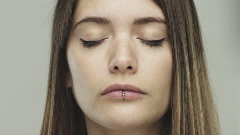 vídeos y material grabado en eventos de stock de ojos de cierre real de la mujer - ojos cerrados