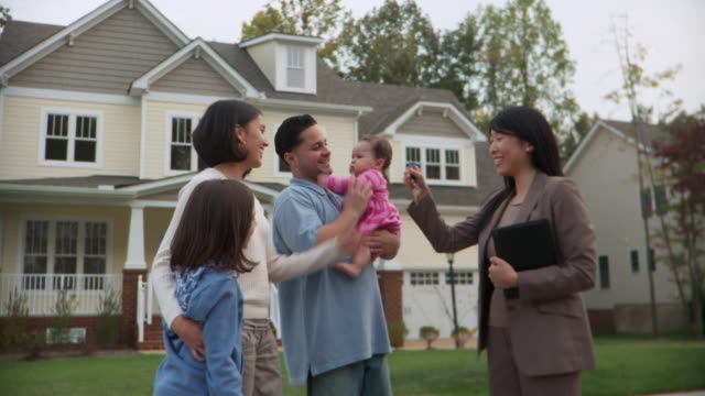 stockvideo's en b-roll-footage met ms, pan, real-estate agent and family with two daughters (6-1 months, 8-9) in front of house, richmond, virginia, usa - 6 11 maanden