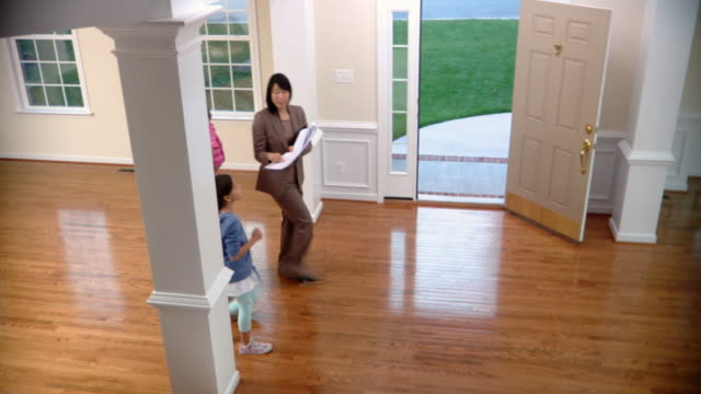 stockvideo's en b-roll-footage met ws, ha, pan, real-estate agent and family with two daughters (6-1 months, 8-9) in house, richmond, virginia, usa - 6 11 maanden