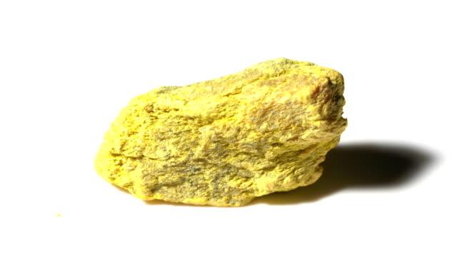 vídeos de stock e filmes b-roll de realgar mineral stone sample in rotation with white background - jaspe mineral