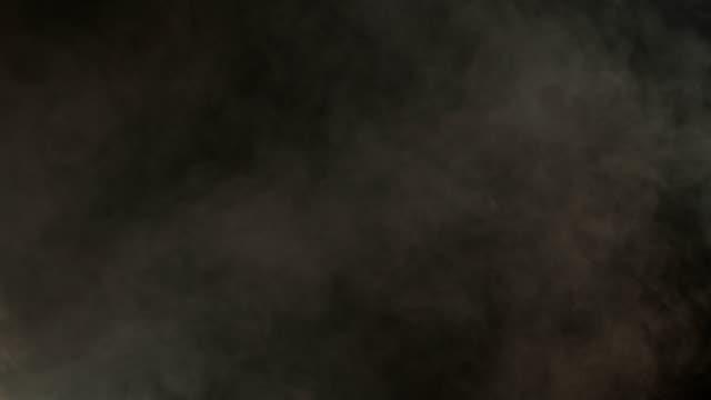 vídeos y material grabado en eventos de stock de atmósfera realista gris humo sobre fondo oscuro. niebla suave en cámara lenta - impacto