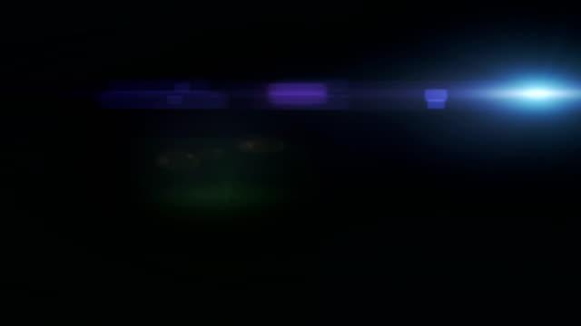 vidéos et rushes de objectif réaliste flare léger effet de transition, beaux rayons de lumière sur fond noir - effet lumineux