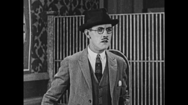 vidéos et rushes de 1924 realization dawns on man's face - 1924