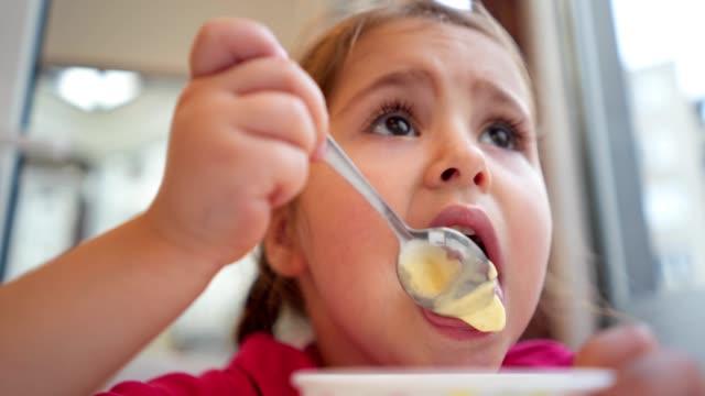 vídeos y material grabado en eventos de stock de ¡me encanta comer helado! - helado de vainilla