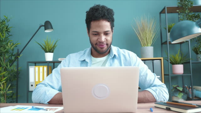 vidéos et rushes de j'aime vraiment mon nouvel espace de travail. - génération du millénaire