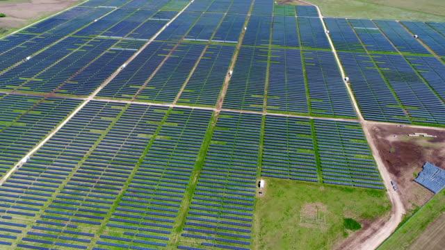 riktigt högt upp på solpanel kraftverk som ger ren förnybar energi att hjälpa kampen mot klimatförändringarna och skapa arbetstillfällen - ansvarsfullt företagande bildbanksvideor och videomaterial från bakom kulisserna