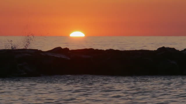 real-time telephoto shot of sun peaking above ocean horizon, avon-by-the-sea, new jersey, atlantic ocean - orange new jersey stock videos & royalty-free footage