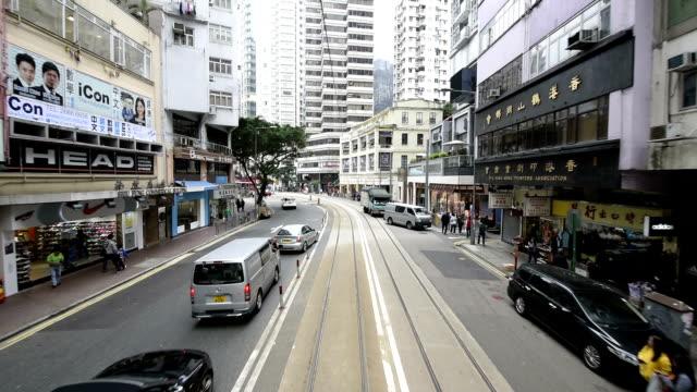 vídeos de stock, filmes e b-roll de hd real-time video , cityscape of hong kong , busy traffic shuttle traffic - ponto de vista de bonde
