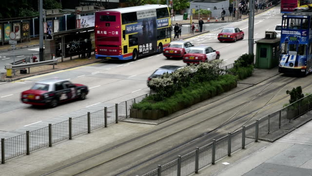 hd real-time video , cityscape of hong kong , busy traffic shuttle traffic - straßenbahnstrecke stock-videos und b-roll-filmmaterial