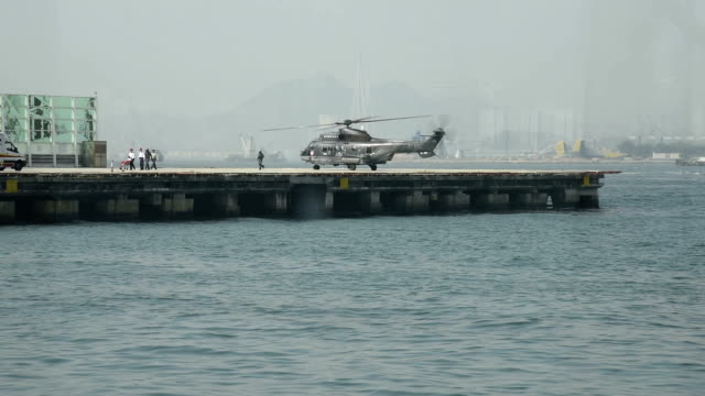 hd real-time video , near the city of hong kong's victoria harbour scenery - hubschrauber landeplatz stock-videos und b-roll-filmmaterial