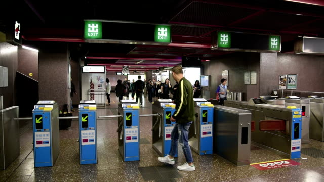 hd real-time video , the hong kong subway shuttle crowd - 自動改札機点の映像素材/bロール