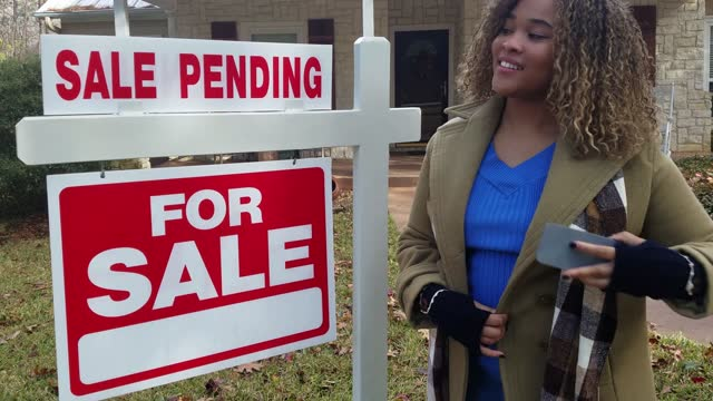 realtor.  home for sale with real estate sign.  front yard. - directional sign stock videos & royalty-free footage