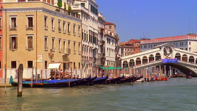 vídeos y material grabado en eventos de stock de rear boat point of view away from rialto bridge on grand canal / venice, italy - estrecho