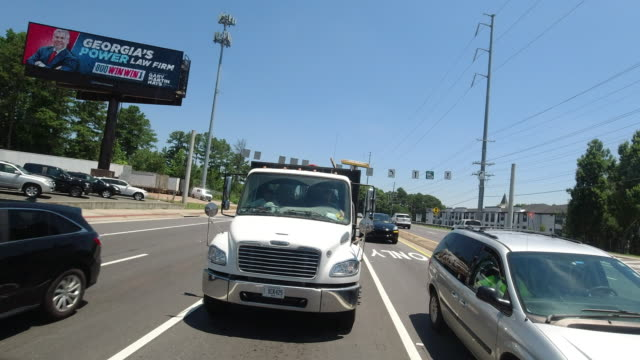 vídeos de stock e filmes b-roll de rear camera point of view of traffic in atlanta, georgia after reopening amid the 2020 global coronavirus pandemic - outdoor pursuit
