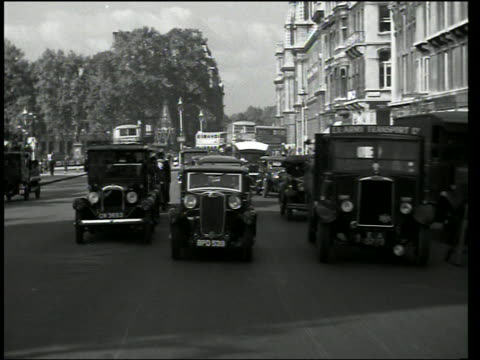 vídeos de stock e filmes b-roll de b/w rear car point of view in traffic on london streets - 1930