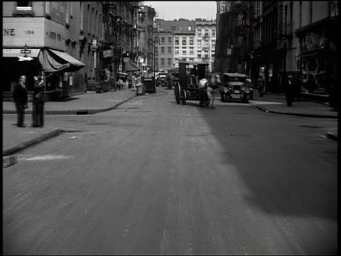 stockvideo's en b-roll-footage met b/w rear car point of view on city street / horse + buggy / new york city - paardenkar