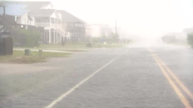 vídeos y material grabado en eventos de stock de rear car pov of blowing flood water on a street in oak island, north carolina during hurricane florence. - environment or natural disaster or climate change or earthquake or hurricane or extreme weather or oil spill or volcano or tornado or flooding