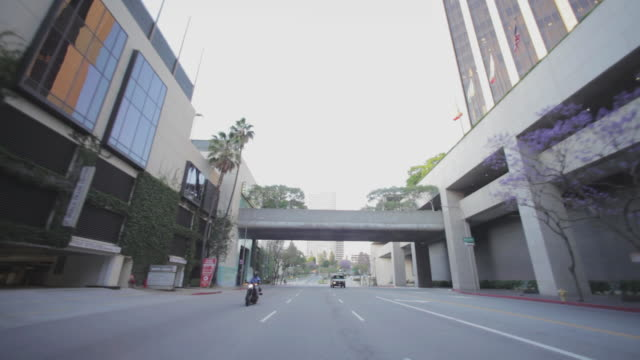 rear pov driving through downtown los angeles - 50 sekunder eller längre bildbanksvideor och videomaterial från bakom kulisserna
