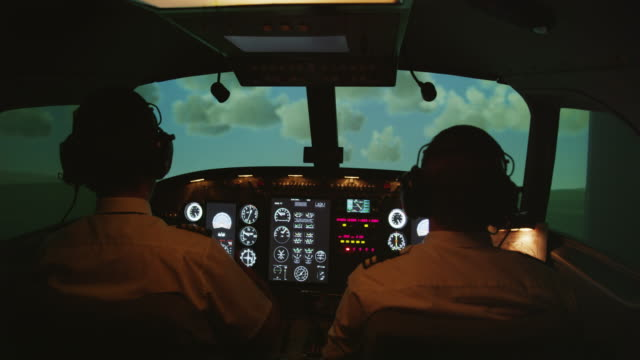 vídeos y material grabado en eventos de stock de ms rear internal view of pilots and instrument panel in professional flight simulator during climbing flight, red r3d 4k - piloto