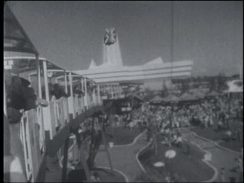 vidéos et rushes de b/w 1967 rear monorail point of view of crowd building at montreal world's fair / monorail visible - monorail