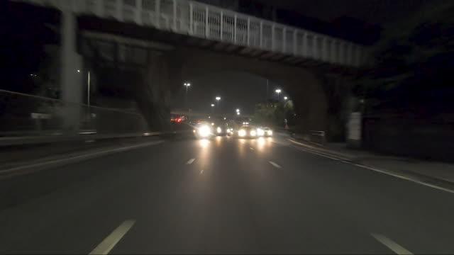 rückwärts sichtweisend fahren auf der autobahn.echtzeit. nacht. - straßenmarkierung stock-videos und b-roll-filmmaterial