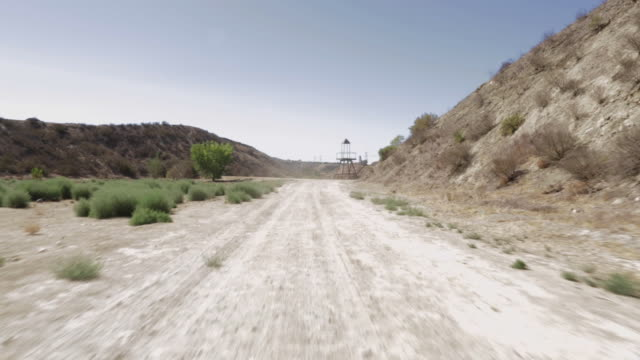 stockvideo's en b-roll-footage met pov rear point of view of mountains while driving through desert road / santa clarita, california, united states - santa clarita
