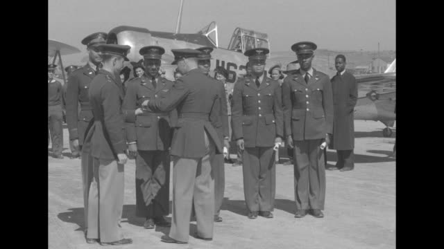 vídeos de stock, filmes e b-roll de rear shot col. v. h. kimble, commanding officer of the air corps advanced flying school at tuskegee institute, presents wings to the first class of... - oficial posto militar