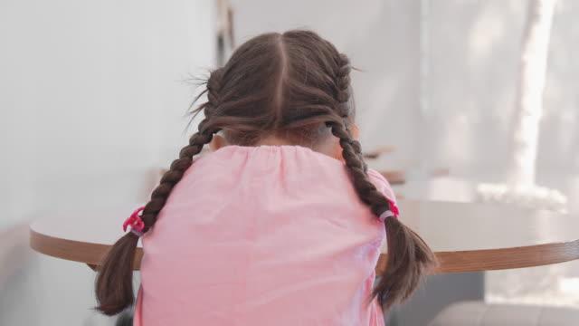 slo moリアビューアローン子供の女の子は部屋に - 人の背中点の映像素材/bロール