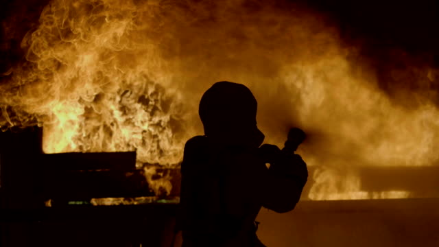 vídeos de stock e filmes b-roll de rear view : firefighter work - inferno fogo