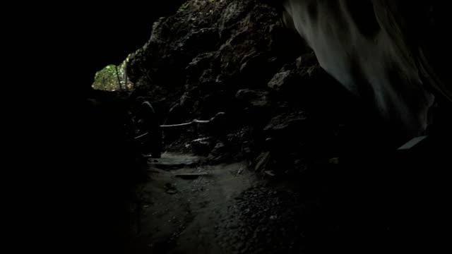 weergave aan de achterkant: volgende familie reiziger uitgaan formulier grot in oude bos, Uthaithani, Thailand