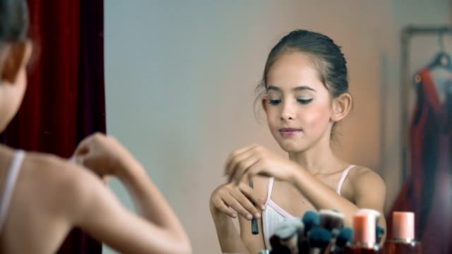 vídeos de stock, filmes e b-roll de vista traseira: menina feliz com cosméticos - pintor artista