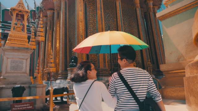 vídeos de stock, filmes e b-roll de visão traseira : casal lésbico lgbtqi viajando na tailândia - bangkok