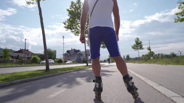 vídeos de stock, filmes e b-roll de visão traseira de um homem sênior patinando em câmera lenta - só um homem idoso