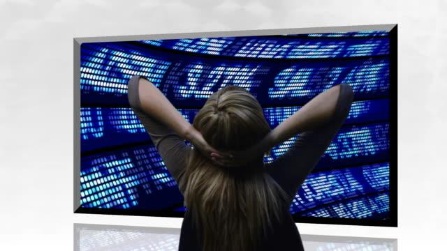 vídeos y material grabado en eventos de stock de ms, rear view of businesswoman looking at stock market trading board - manos detrás de la cabeza