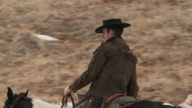 vidéos et rushes de slo mo ms rear view of cowboys and cowgirl riding horses in snowy landscape / shell, wyoming, usa - petit groupe d'animaux