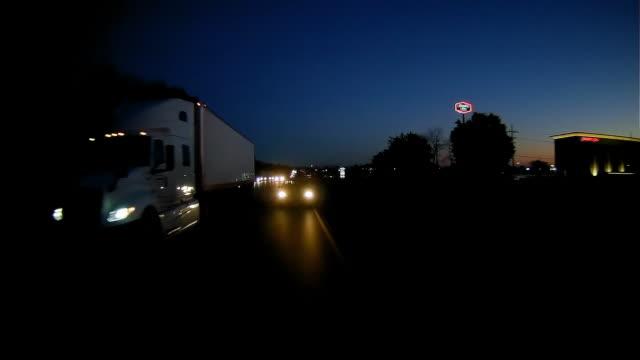 vídeos de stock e filmes b-roll de rear view of dash cam shot of driving on highway in america - outdoor pursuit