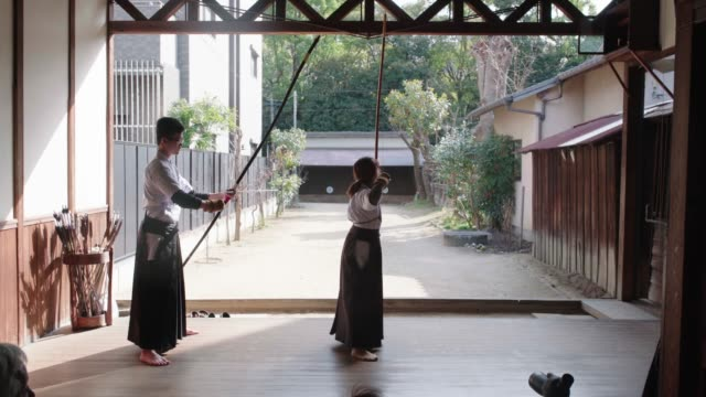 vídeos de stock e filmes b-roll de rear view of japanese archers practicing in their dojo - artes marciais
