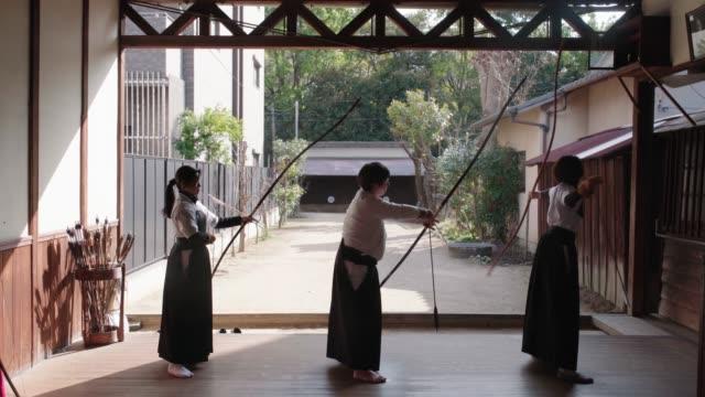 道場で練習している日本の射手の背面図 - 権力点の映像素材/bロール