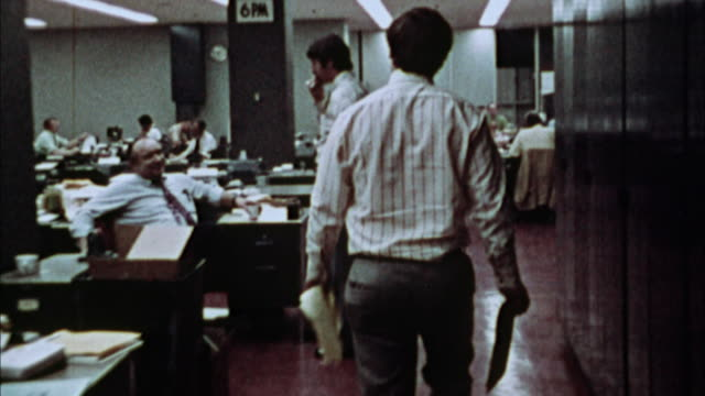 vídeos de stock, filmes e b-roll de ws, ds, rear view of journalist walking through press room, 1970's, los angeles, california, usa - 1973
