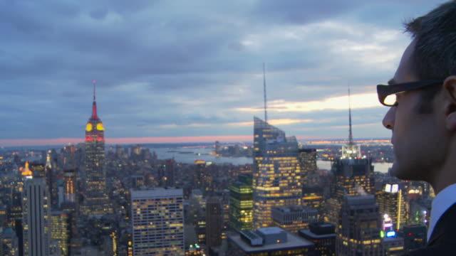 vídeos y material grabado en eventos de stock de cu rear view of man looking at new york cityscape at dusk / new york, usa - un solo hombre de mediana edad